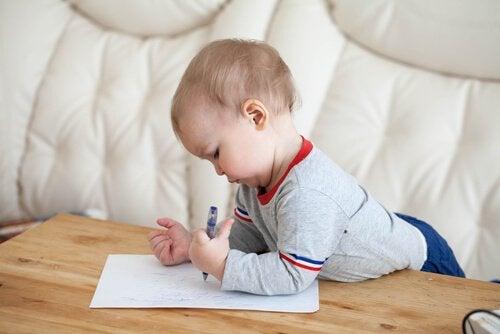 bebê escrevendo em papel
