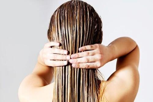 Tingir o cabelo durante a amamentação requer cuidados especiais.