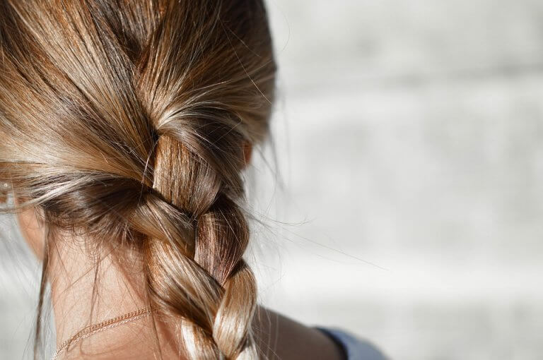 Tingir o cabelo durante a amamentação tem o objetivo de melhorar a aparência da mulher após a gravidez.