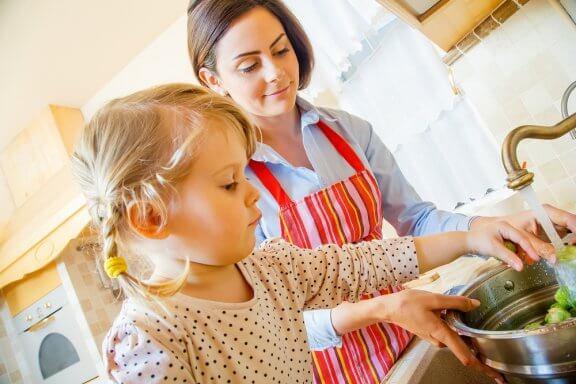 Cozinhar juntos é uma forma de entreter as crianças enquanto faz o jantar.