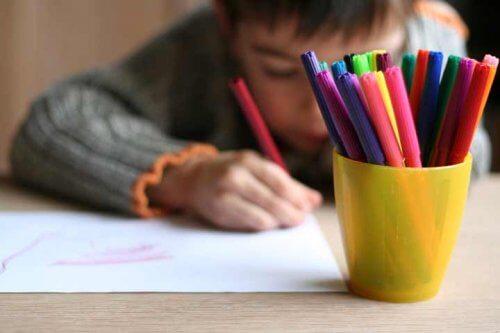 Que as crianças aprendam a colorir oferece muitos benefícios.