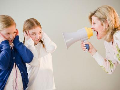 mãe gritando com os filhos