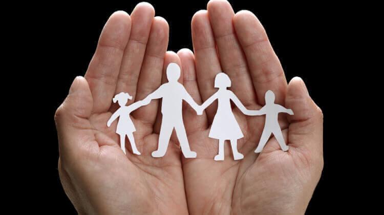 família de papel dando as mãos