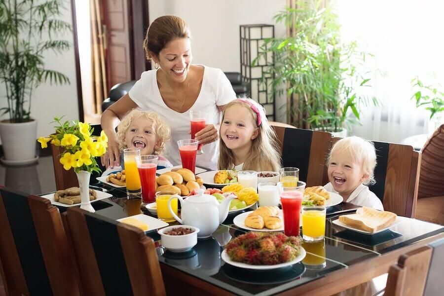 Quatro sucos de fruta para crianças