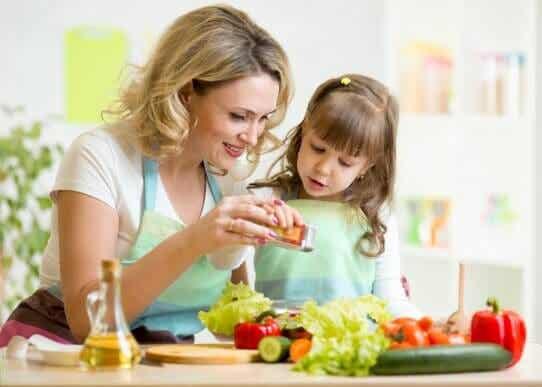 Como entreter uma criança enquanto se faz o jantar