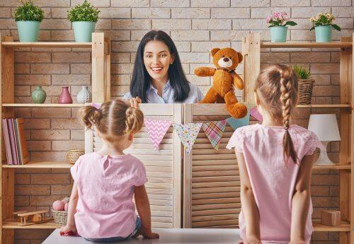 O teatro de fantoches é uma das atividades para fazer em casa com as crianças.
