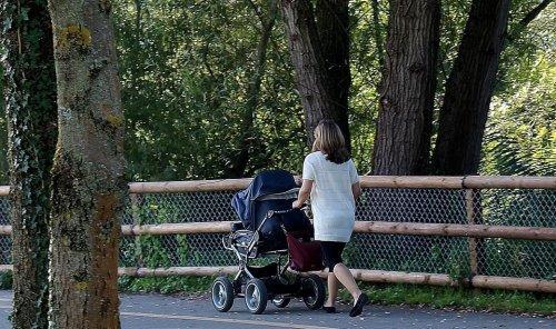 mãe passeando com bebê