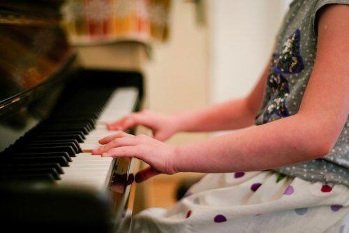 Benefícios da musicoterapia com crianças autistas