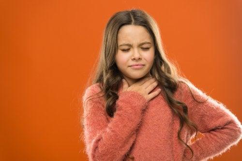 menina com problema nas cordas vocais