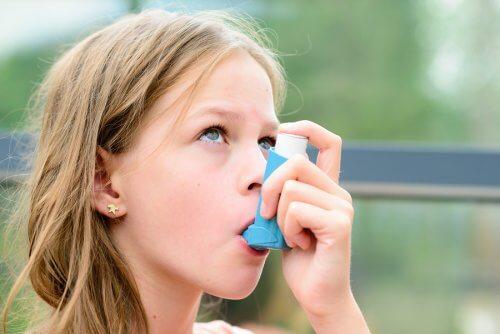 menina com asma