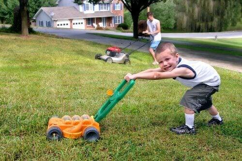 menino cortando grama
