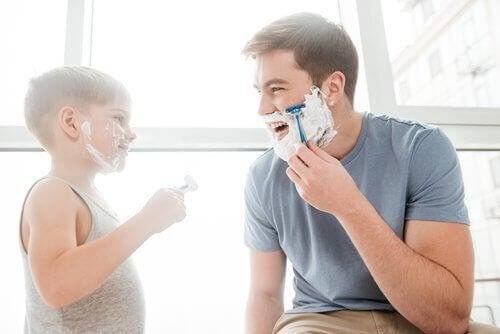 menino fazendo barba com o pai