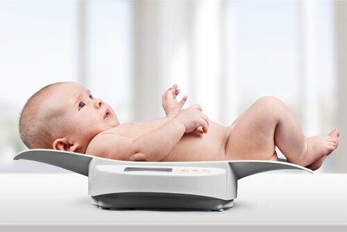 bebê na balança