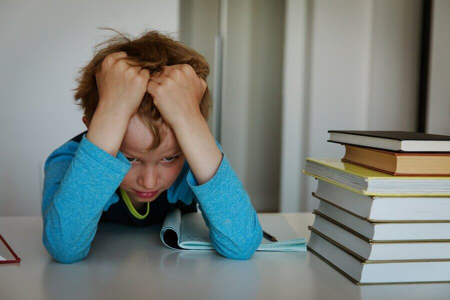 Meu filho sofre de estresse na escola. Como posso ajudá-lo?