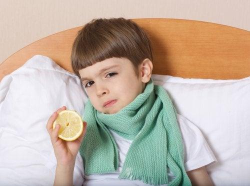 menino com problema na garganta