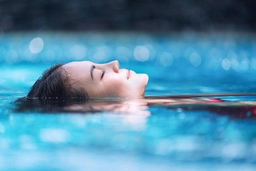 A hidroterapia proporciona múltiplos benefícios durante a gravidez.