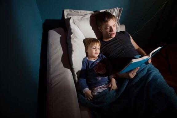 Contar histórias de terror para as crianças traz benefícios para ela.