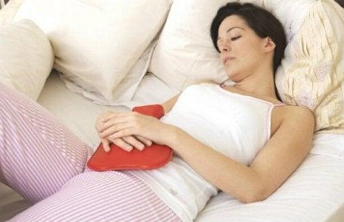 mulher com desconforto abdominal