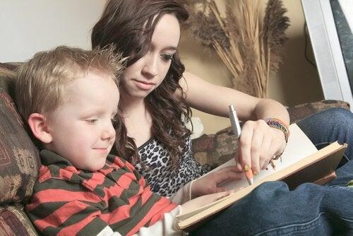 menino aprendendo a ler