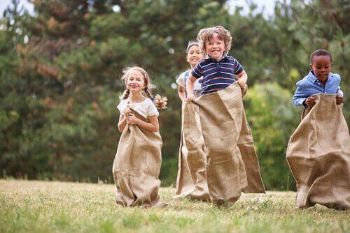A corrida de saco é umas das brincadeiras fáceis para aniversários de crianças.