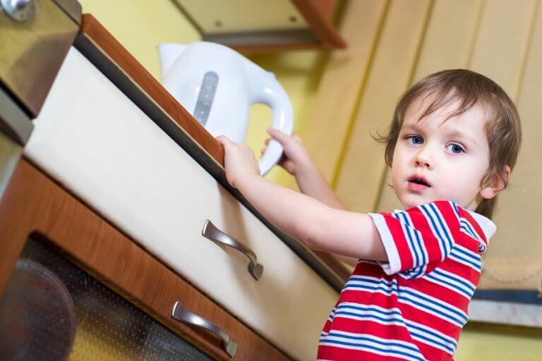 Se a criança se queimar na cozinha, mantenha a calma e aplique água fria.