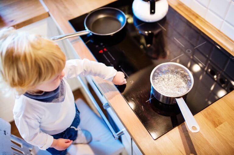 Se seu filho se queimar na cozinha, é preciso avaliar a ferida para saber que ajuda aplicar.
