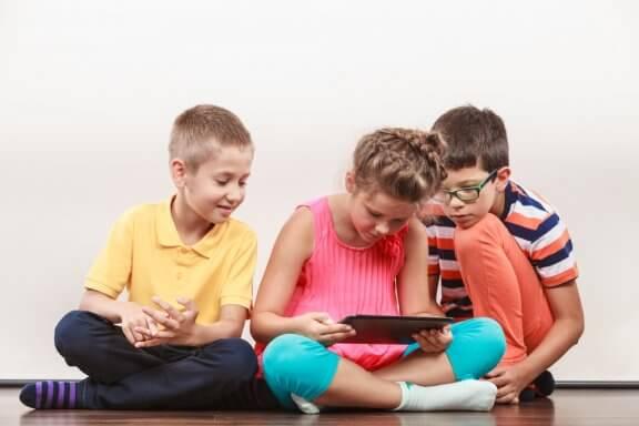 A idade para a criança começar a usar as redes sociais deveria ser 14 anos.