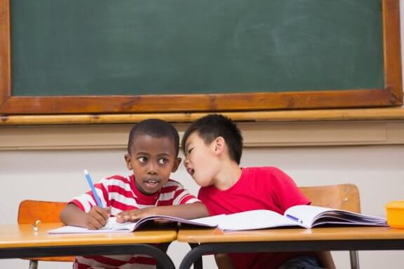 O que fazer quando uma criança fala demais durante a aula?
