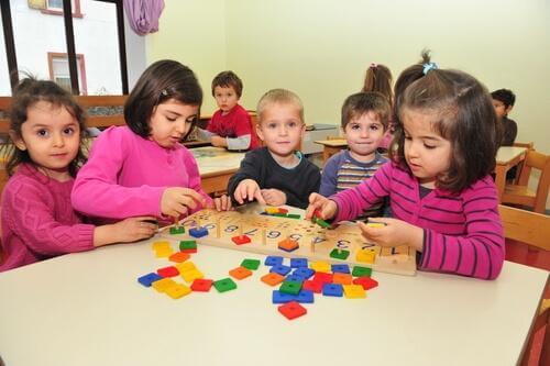 crianças no jardim de infância