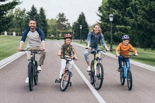 O ciclismo é um dos esportes para praticar em família.