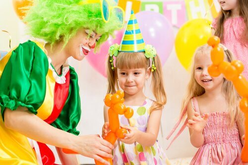 Cuidadores e animadores estão presentes em festas temáticas para crianças.