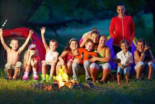 crianças acampando