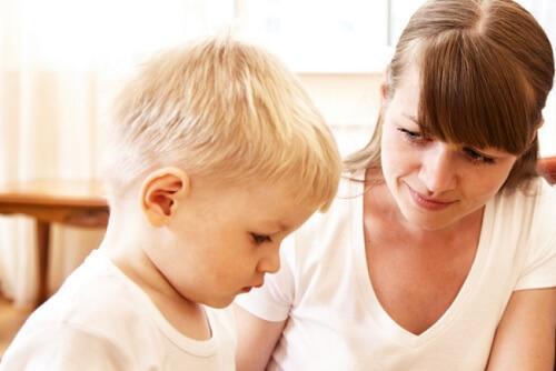 mãe conversando com filho sobre vergonha