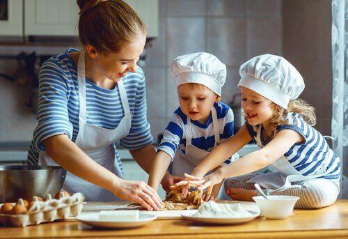 crianças cozinhando com a mãe