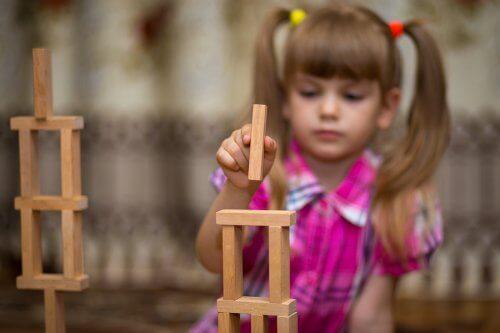 O jogo de construção cooperativo ajuda as crianças a melhorar as suas habilidades sociais