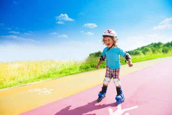 Como ensinar uma criança a andar de patins inline