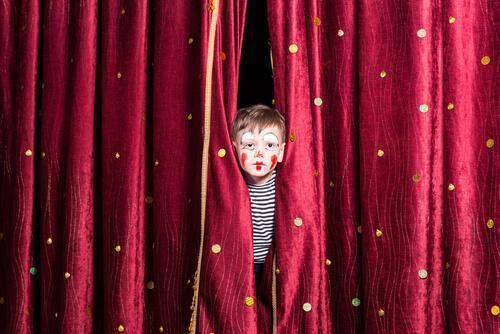 menino atuando como palhaço