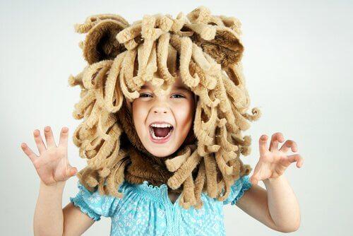 menino fantasiado de leão
