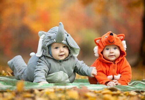 bebês fantasiados de animais