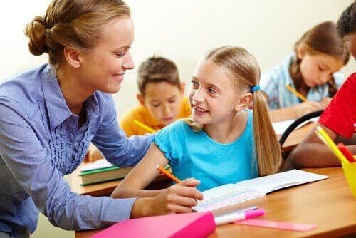 professora ajudando aluna