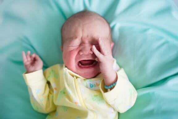 Por que os bebês acordam chorando de repente?