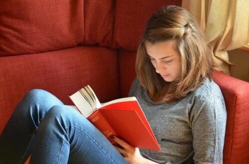 O que devo fazer para fazer meu filho adolescente ler?