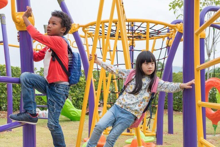 Muitos parques oferecem paredes de escalada para crianças.