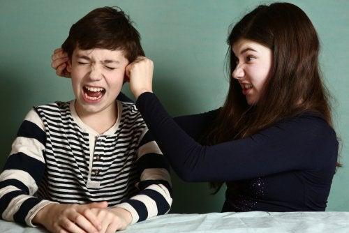 Como controlar a rivalidade entre os irmãos?