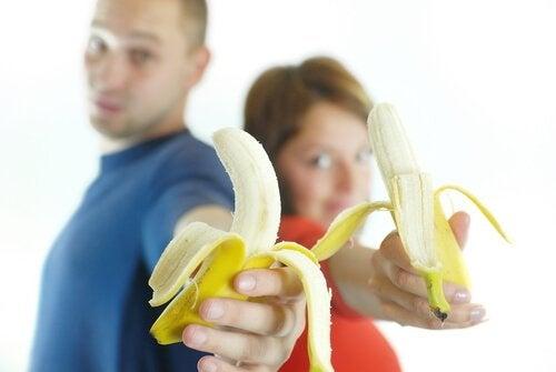 casal comendo banana