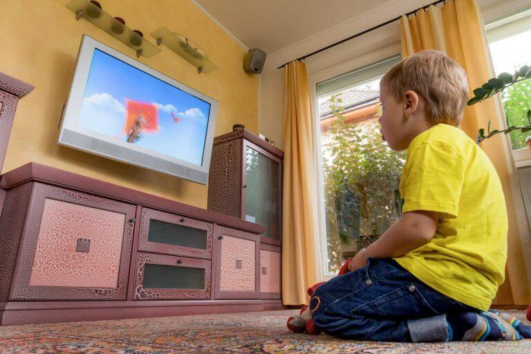 Os pais têm o dever de impedir que as crianças assistam muita televisão.