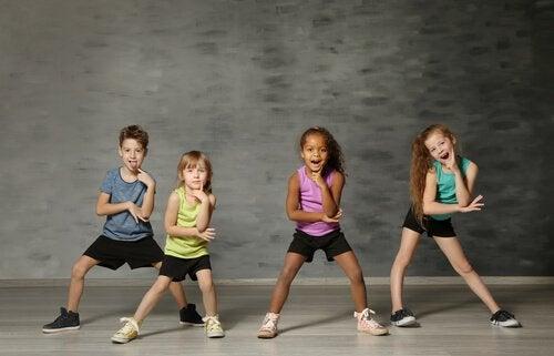 crianças na aula de dança