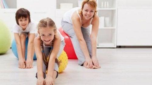 crianças se exercitando