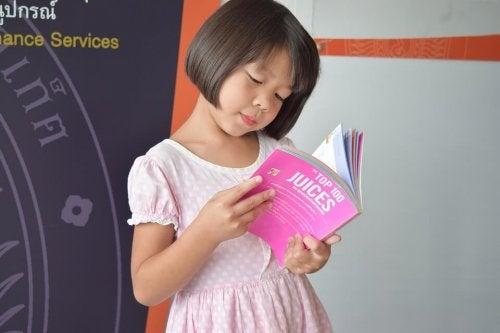 menina bilíngue lendo
