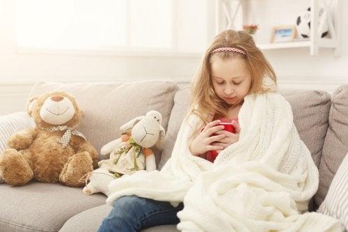 Menina com diarreia coberta com manta